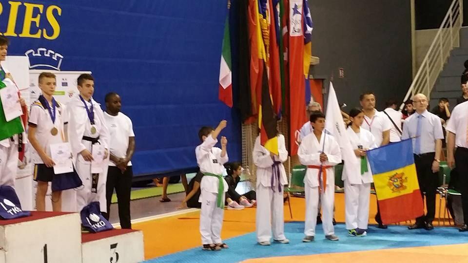 Lucas Malik et Amina en porte drapeau